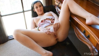 Dark-haired bimbo stuffs her cunthole with banana
